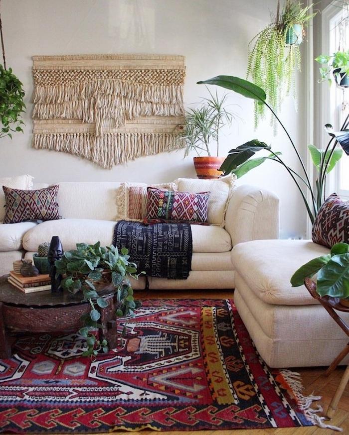 Canapé blanche et fauteuil blanc, idée rotin murale déco, tapis oriental, plante d'intérieur, inspiration plante d'intérieur haute déco