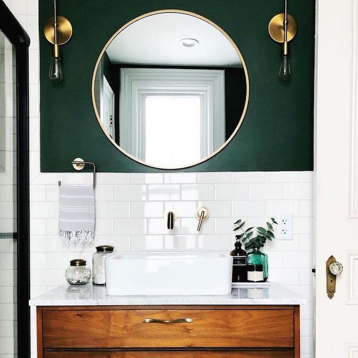 Mur demi peinte dans la salle de bains stylée déco vintage chic, tendance salle de bain, modele de salle de bain image inspiration