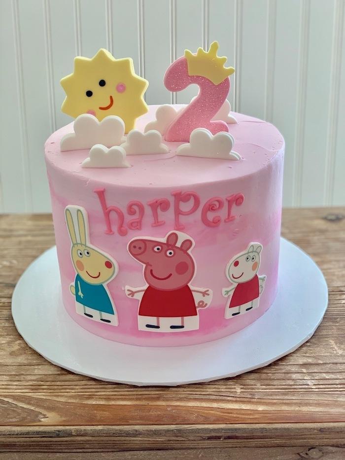Enfant gateau rose pour l'anniversaire 2 ans, ganache framboise gateau peppa pig idée décoration