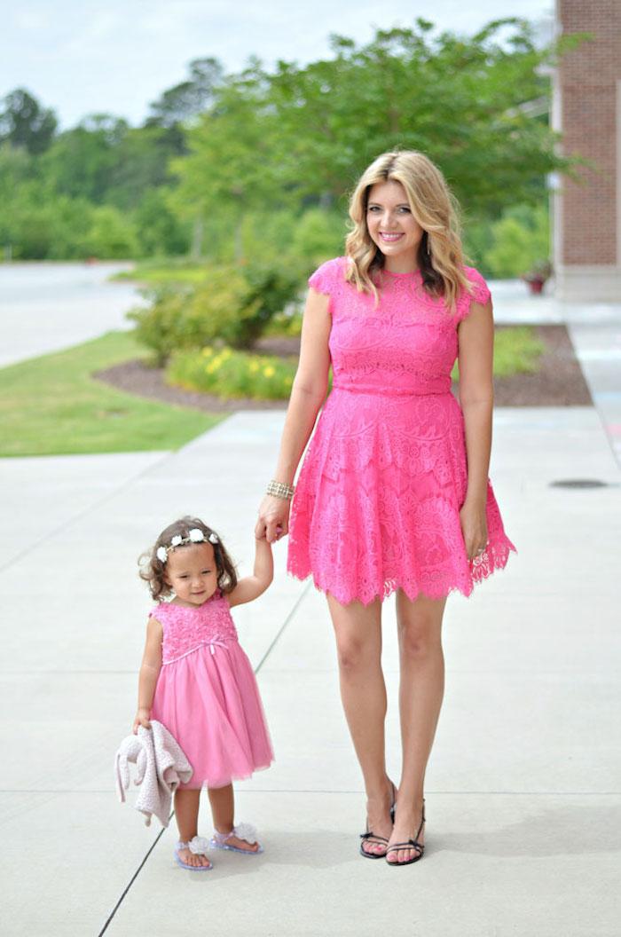 Idée vetement assorti famille, tenue chic femme et sa fille premier anniversaire robe rose en dentelle