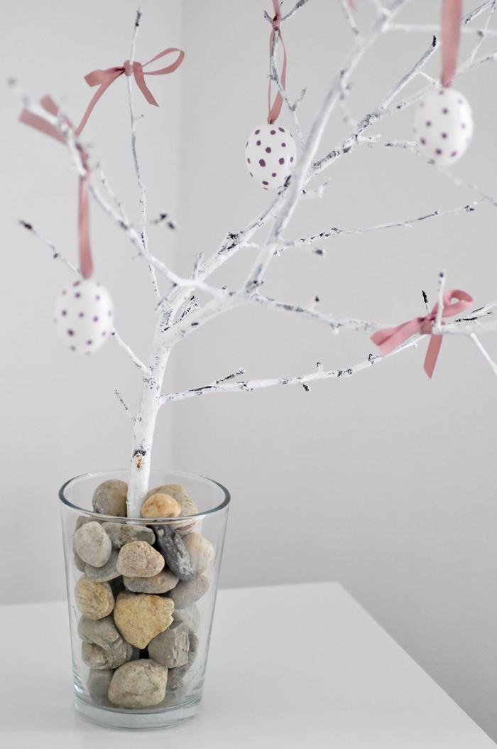 idée activité de paques facile et rapide, exemple comment bien décorer un arbre DIY en branches peintes en blanc