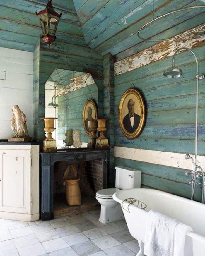 Vintage salle de bain en vert et blanc, cabine look murs bois peinte en vert-bleu, idée aménagement salle de bain, inspiration salle de bain