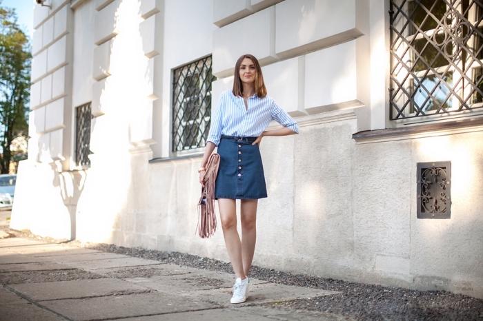 comment bien s'habiller femme, tenue casual chic en jupe courte denim et chemise blanche avec baskets et sac à franges