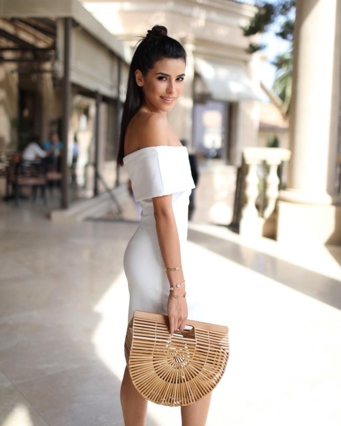 look femme chic et moderne en robe blanche col bateau assortie avec bijoux en or, idées de robes de soirée chic et classe