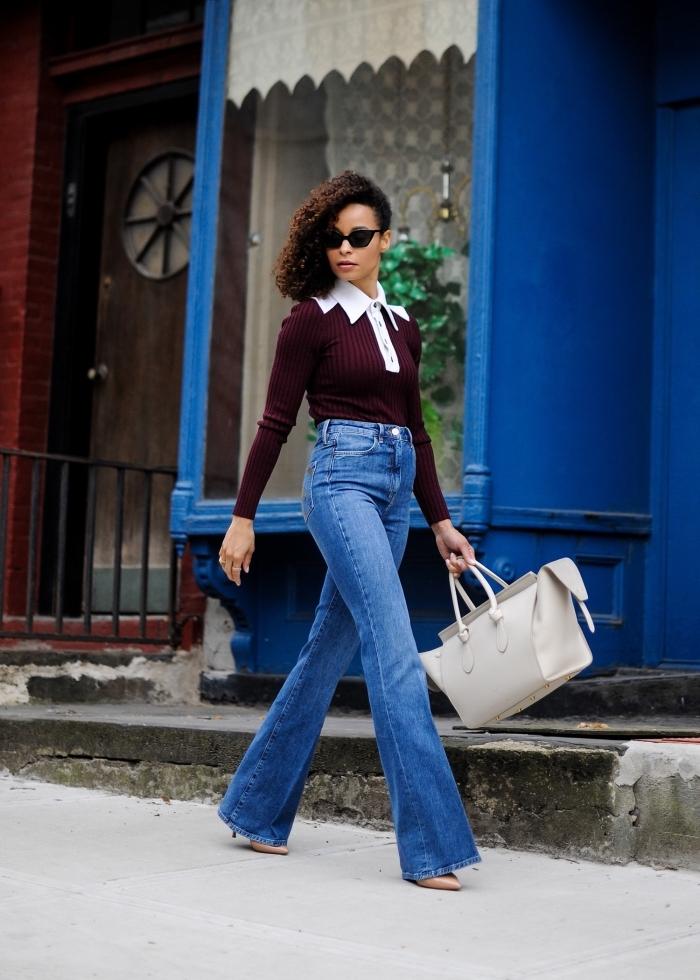 exemple de tenue vintage femme en jeans taille haute et blouse bordeaux à col blanc, modèle gros sac à main blanc