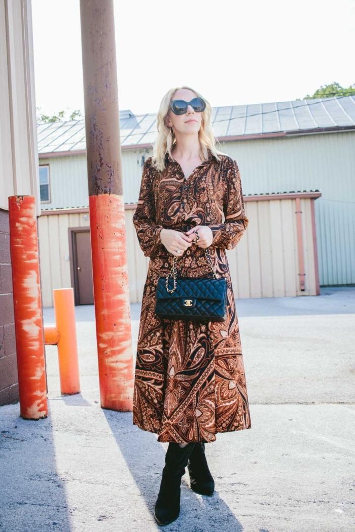 comment porter une robe hippie chic élégante de couleur marron avec bottines en velours et sac à main en noir