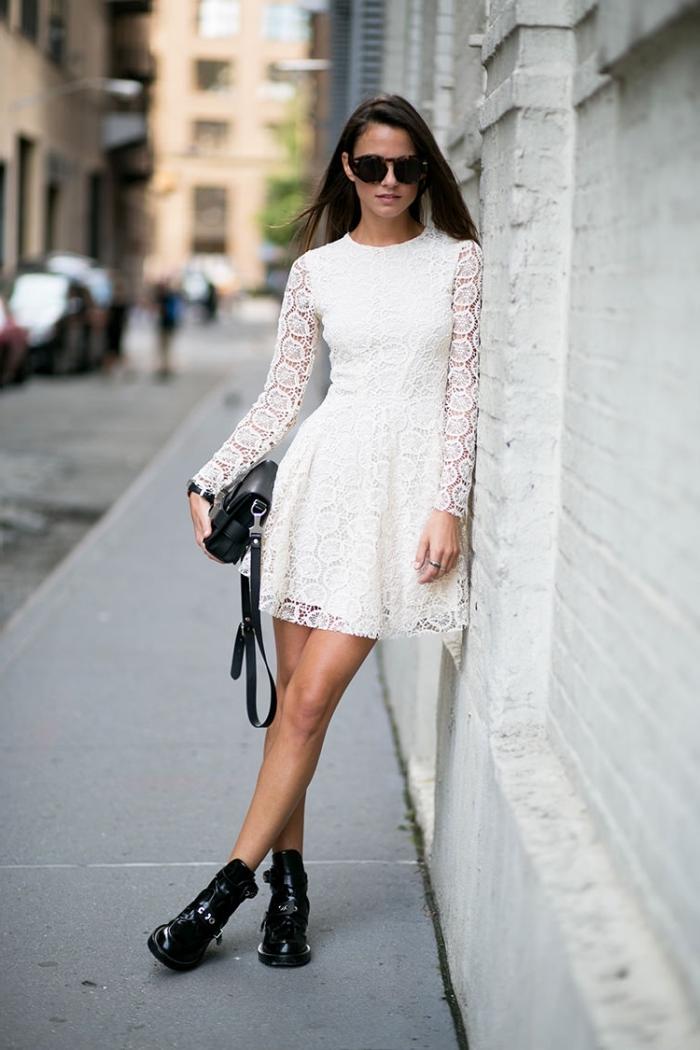 comment porter une robe boheme blanche avec chaussures et accessoires de style rock, idée tenue femme en blanc et noir