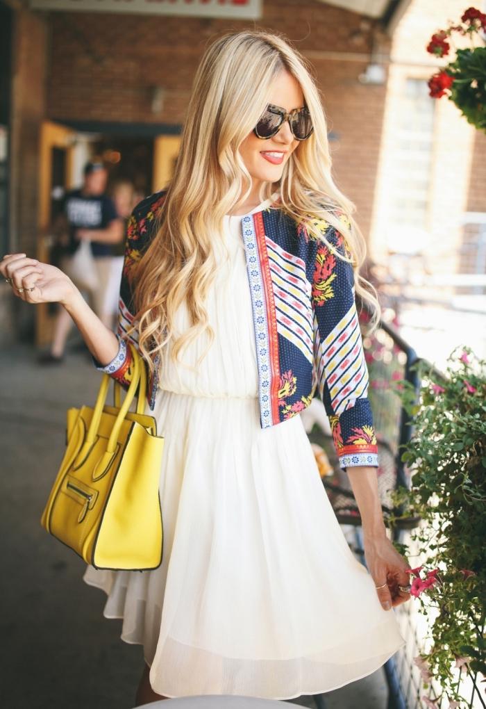 comment porter une robe cocktail blanche, exemple comment accessoiriser une robe blanche avec veste multicolore