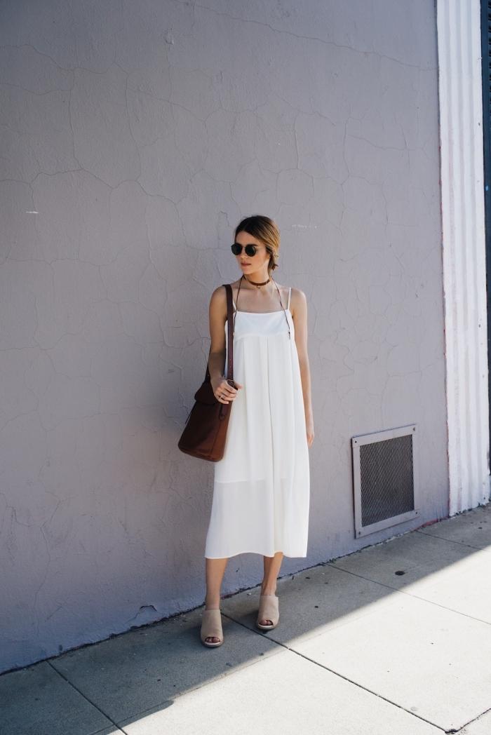 robe longue blanche avec bretelles, idée tenue été femme en robe bohème avec chaussures plates et accessoires