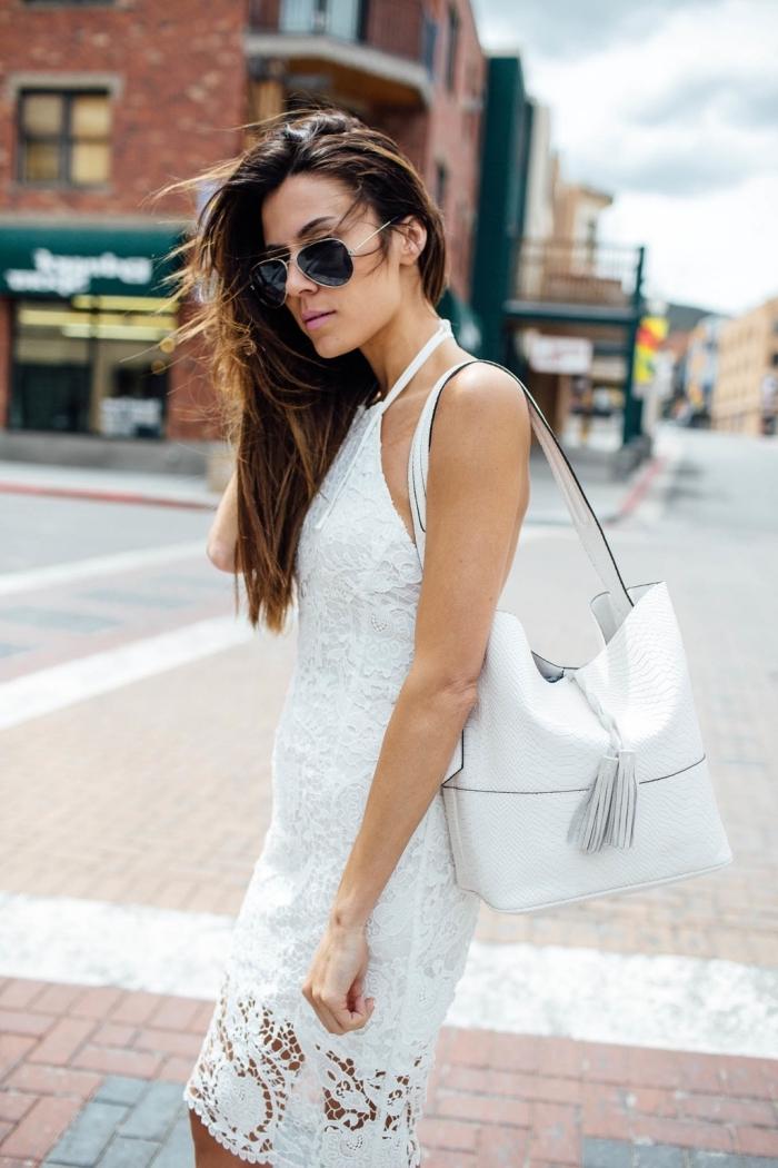 idée de robe de cérémonie femme chic en été, modèle de robe en dentelle blanche avec col et épaules dénudées