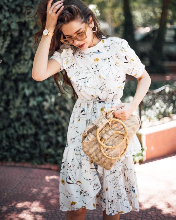 modèle de robe blanche courte à motifs floraux, tenue femme chic en robe d'été avec sac tressé et accessoires en or