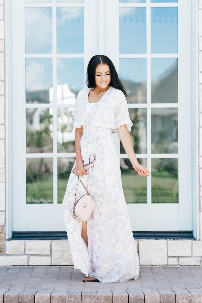 tenue femme en robe légère été fendue avec accessoires, modèle de robe longue et fendue à design fleuris