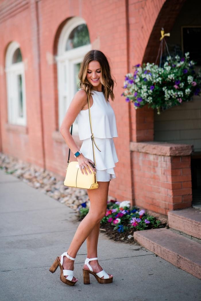 tenue chic en robe légère été blanche assortie avec sandales hautes et sac à main de couleur jaune, idée look été femme