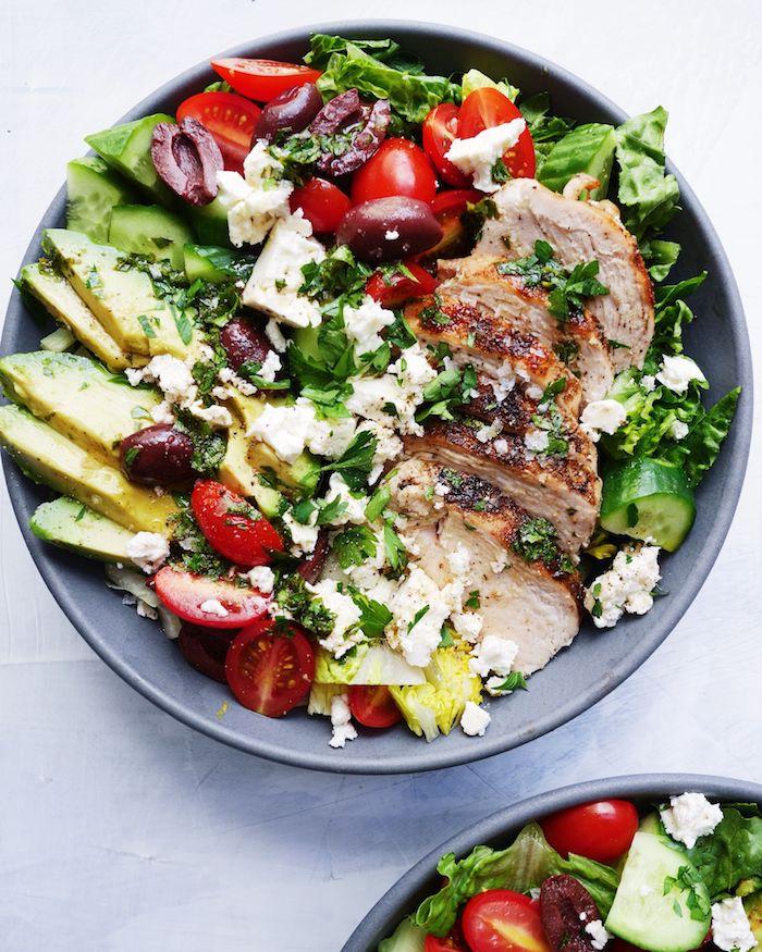 comment faire une salade grecque aux tomates cerise, olives, concombres, salades vertes, viande de porc, miettes de fromage, tranches d avocat