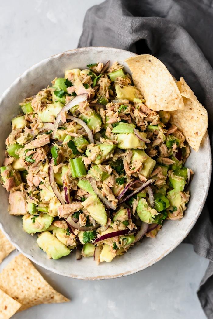 recette salade au thon avec avocat, oignons, oignons verts, persil servie avec du chip, recette facile et rapide pas cher