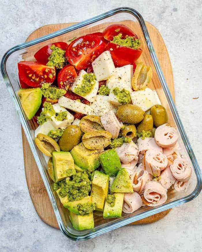 salade tomates, avvocat, fromage, filet au pesto avec des olives vertes, idées de repas de midi en équilibré