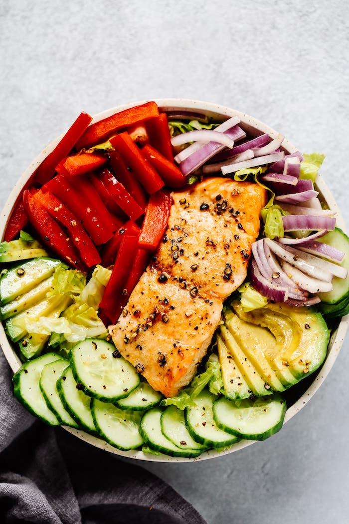 recette pavé de saumon aux épices avec salade de poivron rouge, oignons, concombres, tranches d avocat, repas équilibrés
