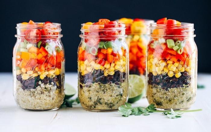 recette de salade composée originale comme idee repas midi, haricots noirs, mais, cubes de poivron rouge, tomates cerise divisées en deux