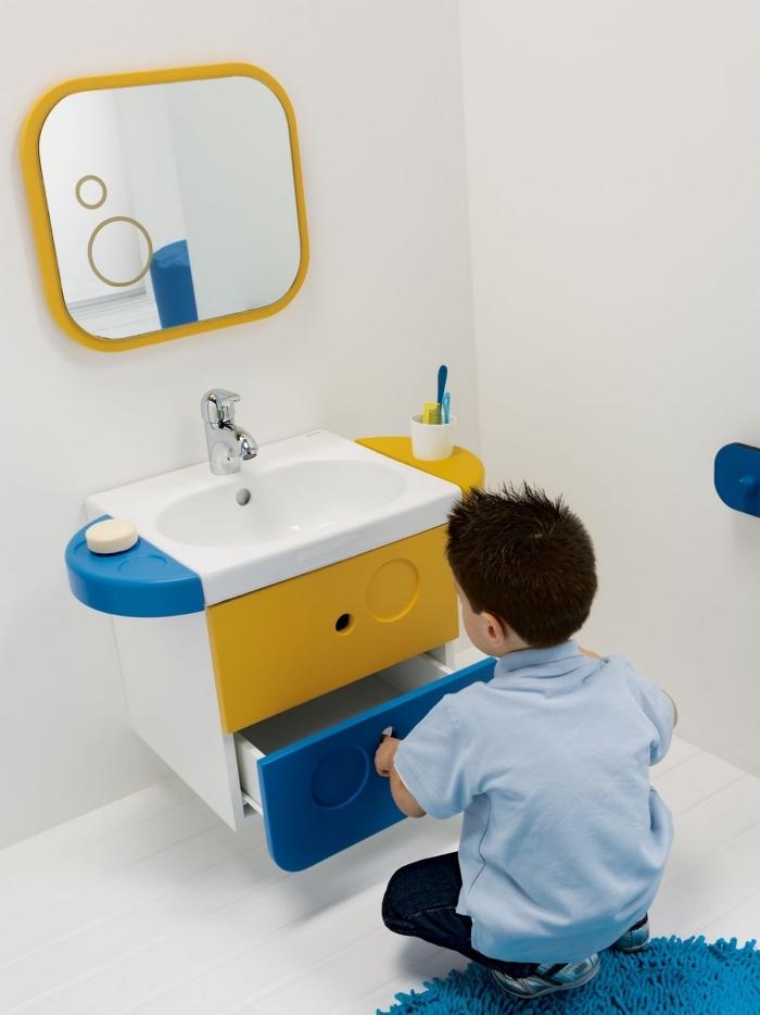 inspiration salle de bain pour garçon, comment décorer une salle d'eau enfant aux murs blancs avec meubles en jaune et bleu