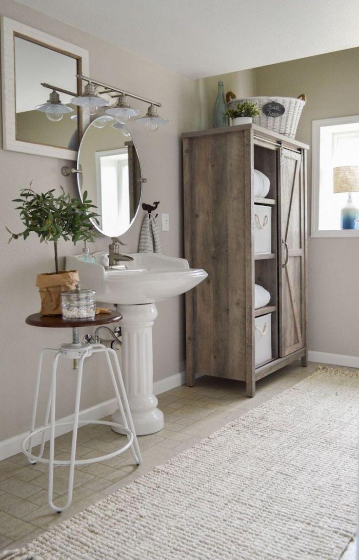 Chaise tabouret blanche pour ranger ses fleurs en haut, idee salle de bain contemporaine, idée salle de bain avec baignoire