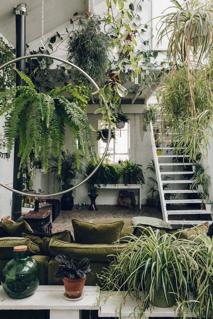 Exotique déco pour le salon loft avec deux niveaux, canapé verte et beaucoup de verdure, plante d'appartement, idée decoration chambre boheme