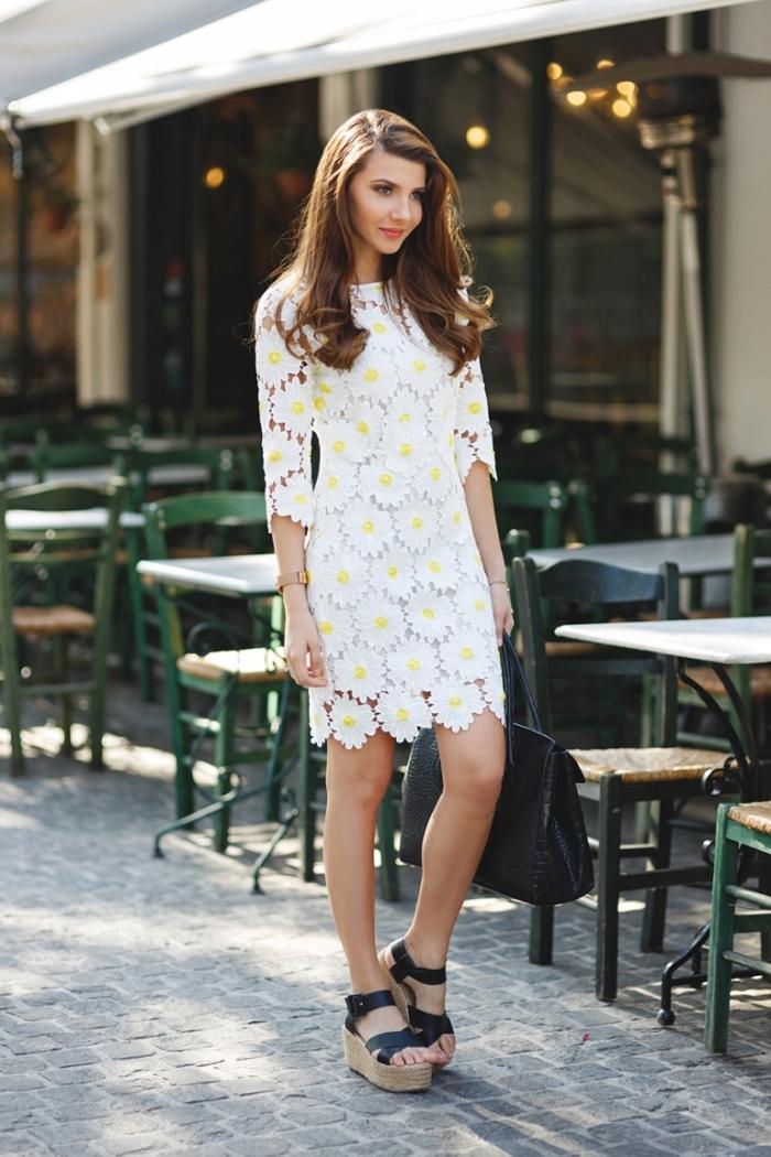 idées de robes de soirée chic de couleur blanc à design fleuri, avec quelle chaussure porter une robe blanche et jaune