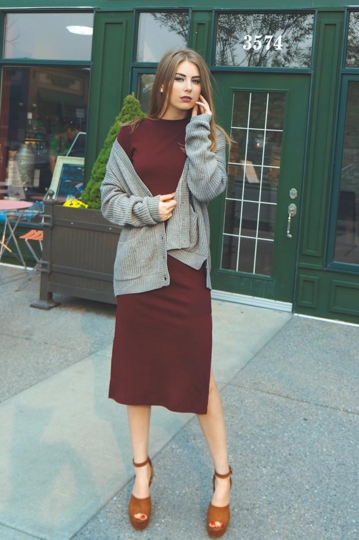 exemple de tenue vintage femme en robe midi fendue de couleur rouge combinée avec gilet gris et sandales plateforme
