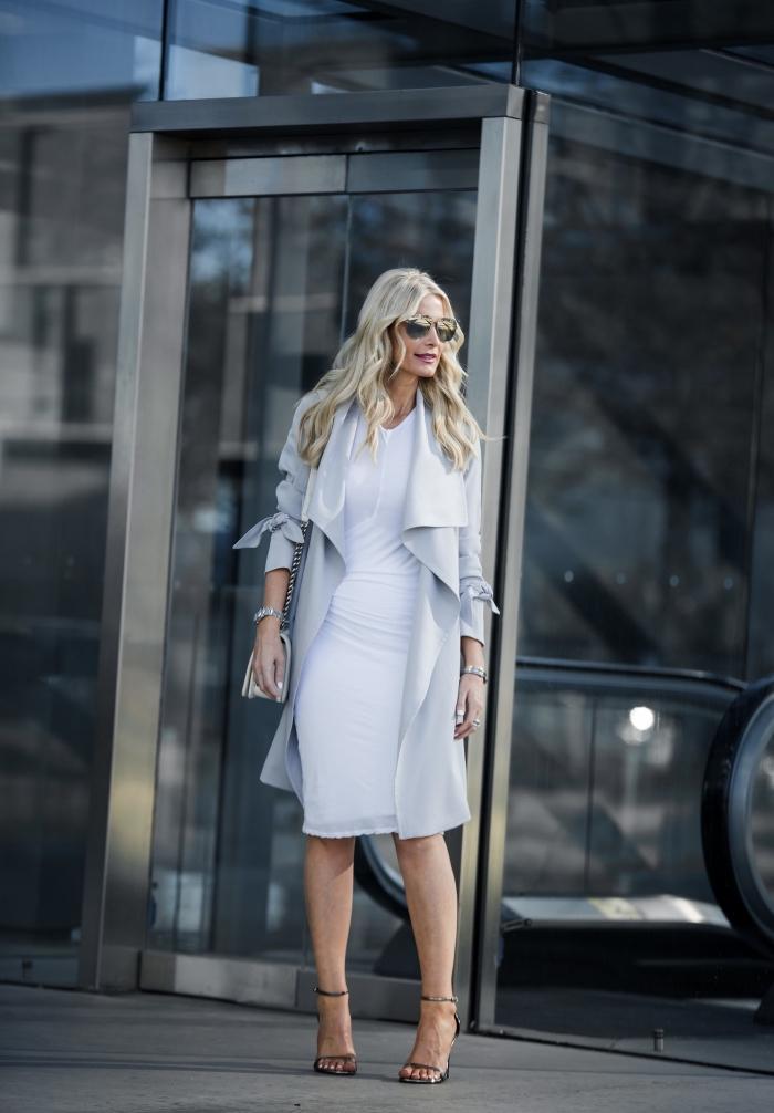 style vestimentaire femme élégante, idée de robe habillée blanche à combiner avec manteau gris clair et chaussures hautes