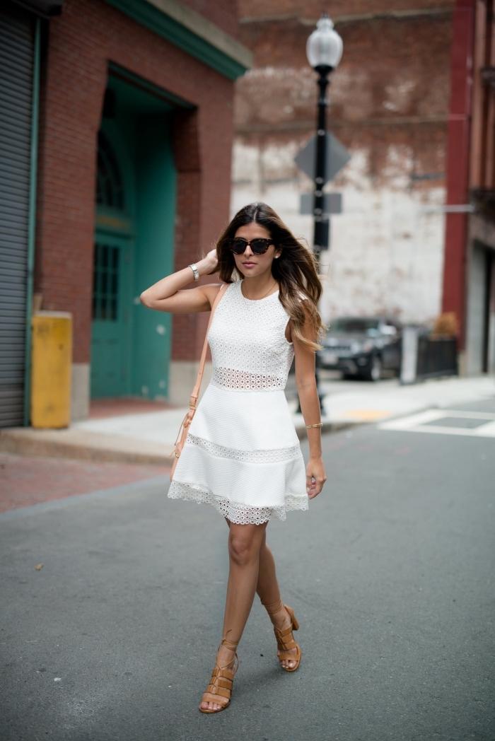 comment porter une robe blanche dentelle, tenue femme chic en robe courte et sandales hautes de nuance marron