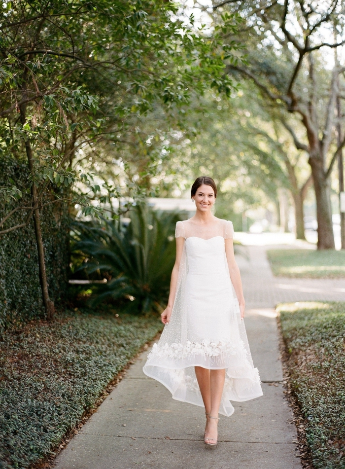 robe longue blanche pour femme mariée, modèle de robe mariage à bustier coeur avec décoration en dentelle florale