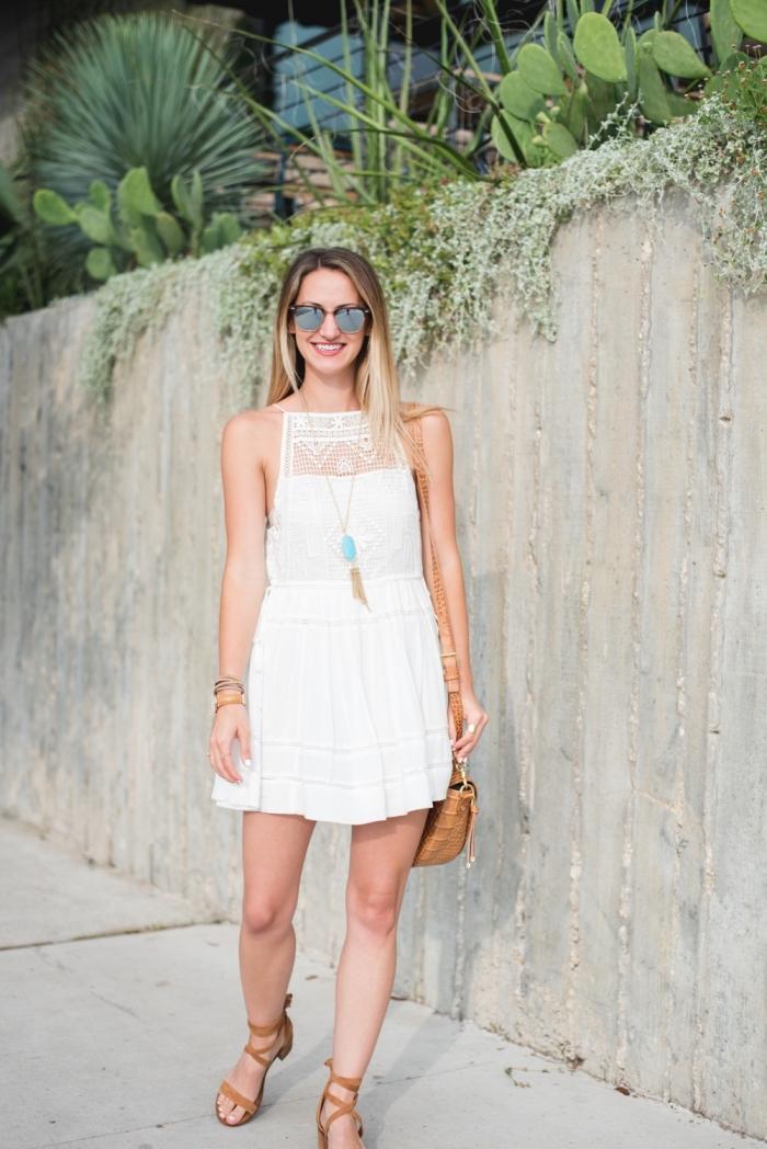 look boo chic en vêtements blancs et accessoires marron, modèle de robe blanche boheme courte assortie avec bijoux or