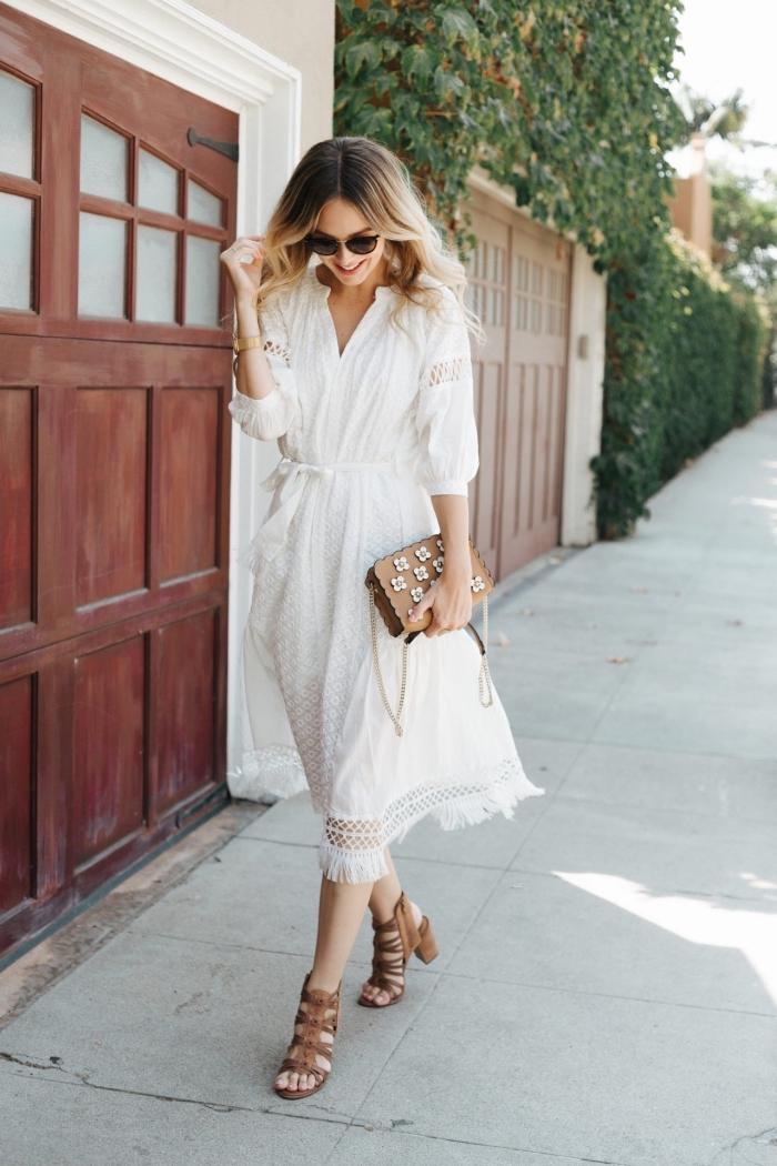 avec quoi porter une robe boheme blanche longue, tenue d'été en robe blanche avec sac à main et chaussures marron