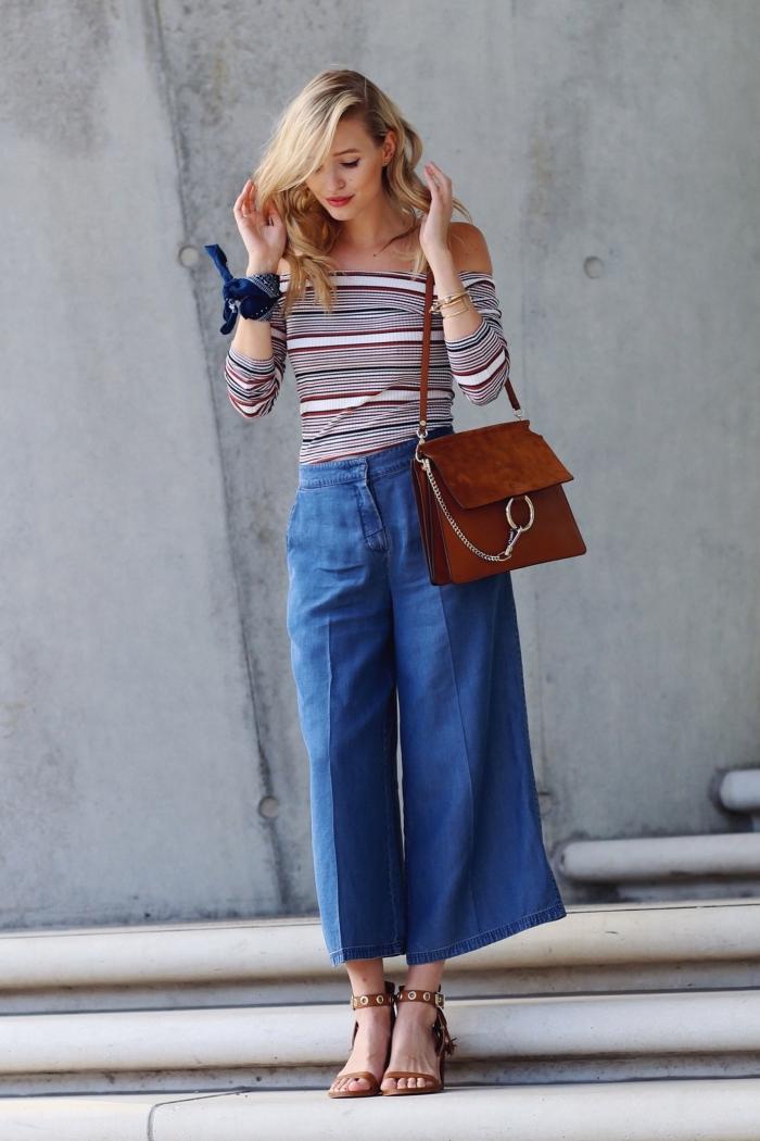 idée de tenue style année 70 avec pantalon évasé et blouse sans épaules combinés avec sandales hautes et sac à main en marron