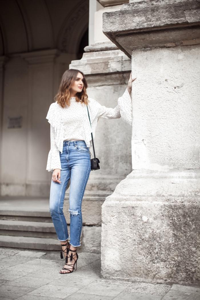 comment bien s'habiller femme, tenue en jeans taille haute déchirés avec blouse blanche et sandales de style hippie avec tassels