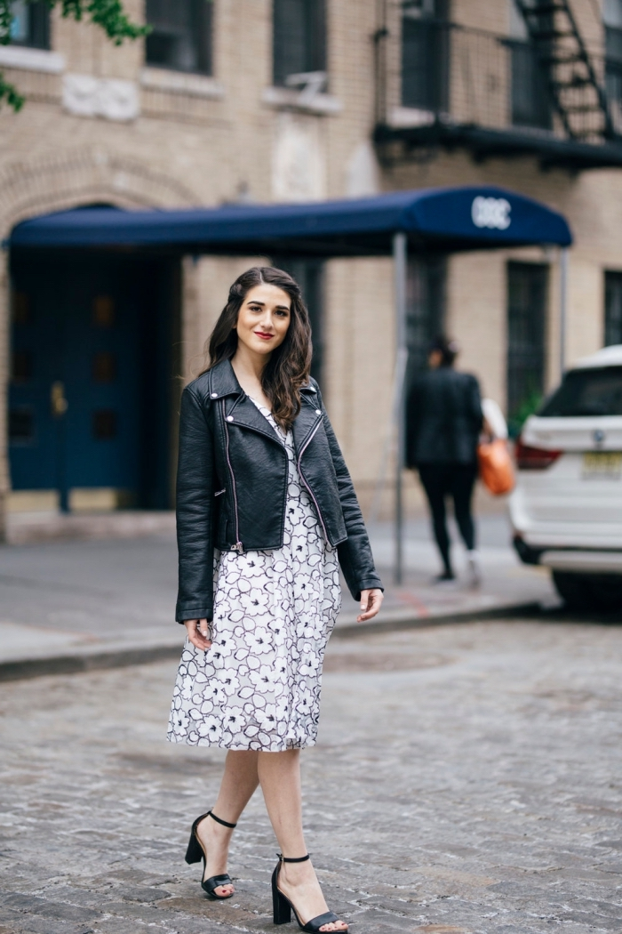 comment porter une robe légère été à design fleuri avec une veste en simili cuir et chaussures à talons noires