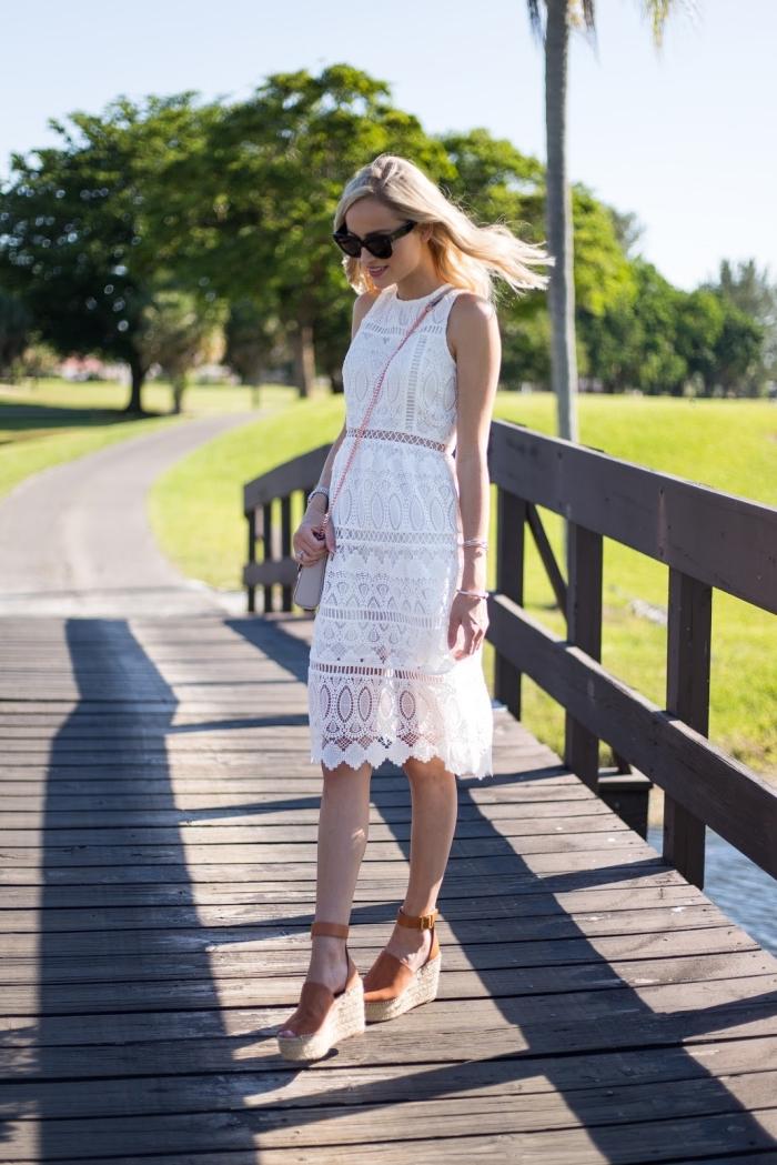 comment porter une robe boheme blanche à longueur genoux avec chaussures compensée à design paille et velours
