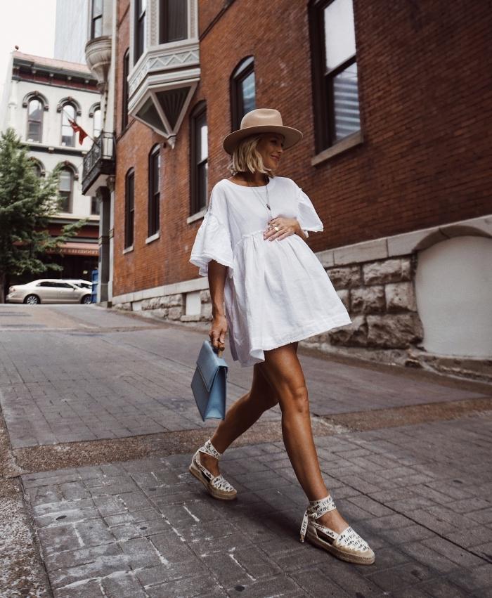 comment porter une robe blanche courte en été, idée tenue confortable pour femme enceinte en robe fluide