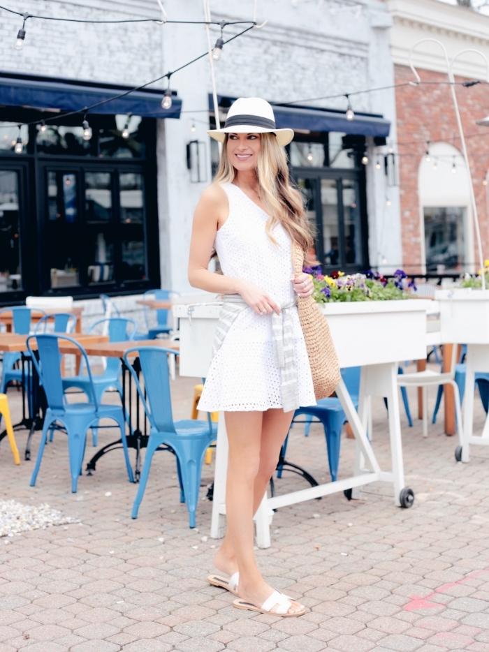 idée comment porter une robe blanche courte de style casual avec blouse nouée et chaussures plates en blanc