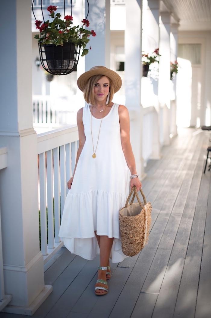 robe légère été à coupe asymétrique, idée comment assortir une robe longue de style bohème avec chapeau et sac à main en paille