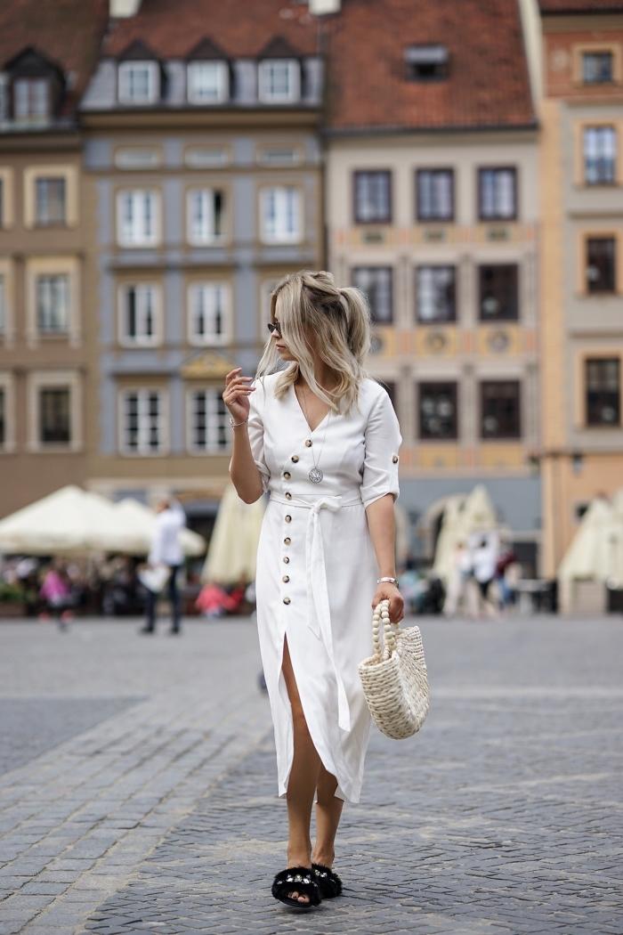 quelle coiffure facile aux cheveux mi-attachés, idée de tenue blanche femme en robe coupe asymétrique et chaussures plates