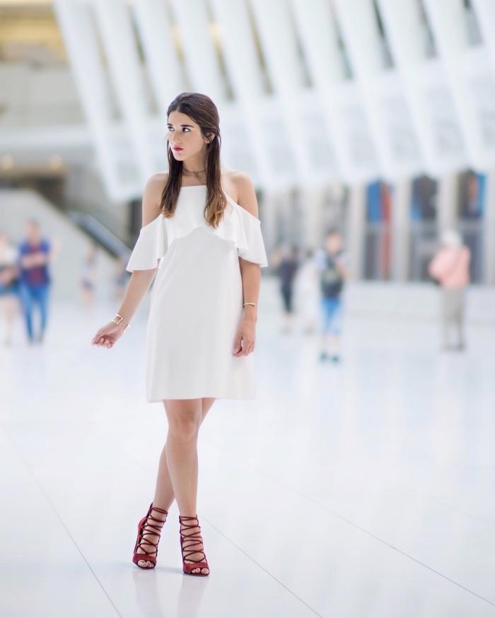 modèle de robe blanche courte à design élégante, avec quelle couleur de chaussures porter une robe blanche