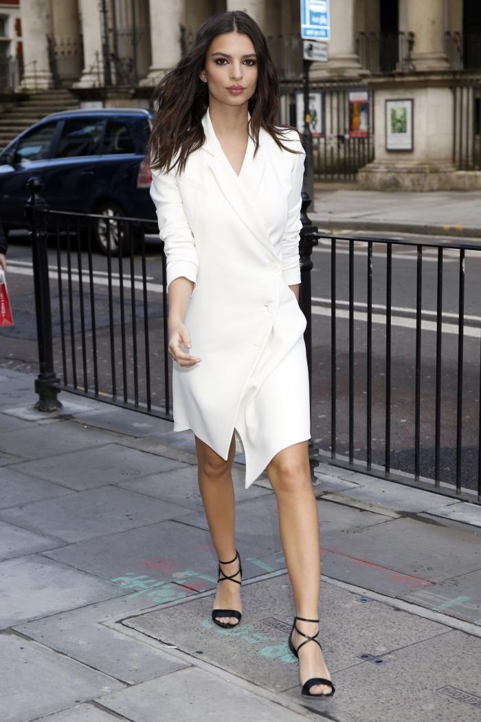 tenue blanche femme chic avec chaussures noires, idée comment porter une robe blazer mi longue avec sandales