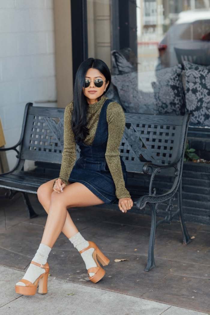 exemple comment porter une robe année 70 en denim foncé avec pull à col enroulé en vert foncé et chaussures hautes en beige