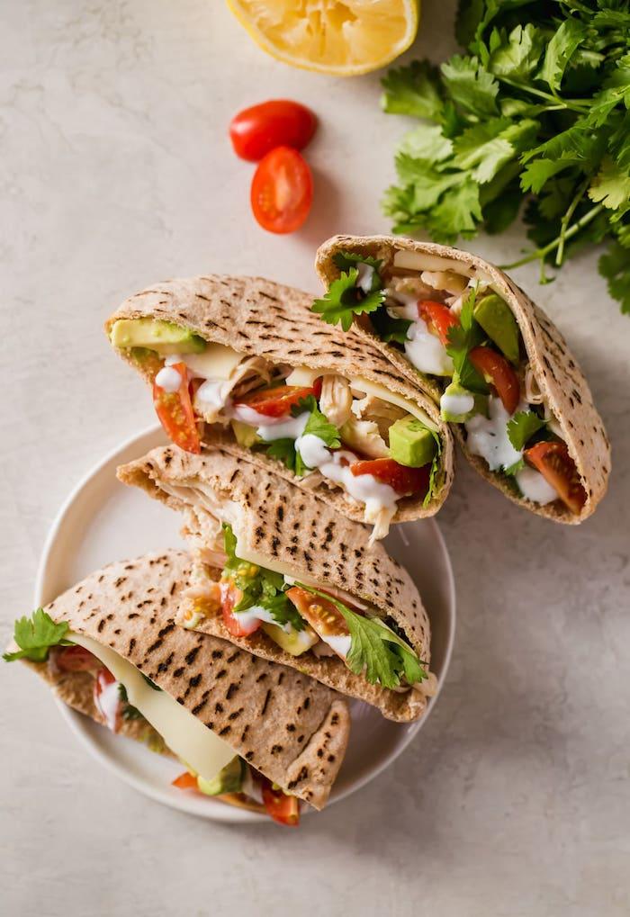 sandwich pain plat avec poulet, avocat, tomates cerise et sauce au yaourt, repas simple et rapide