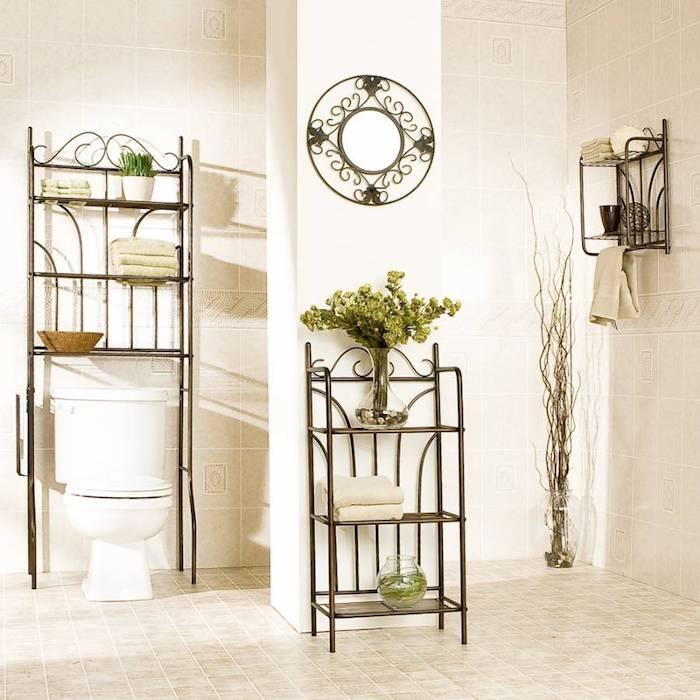 Originale décoration dans la salle de bain chic avec meubles rangement en fer, modele de salle de bain tendance, toilettes et bains moderne