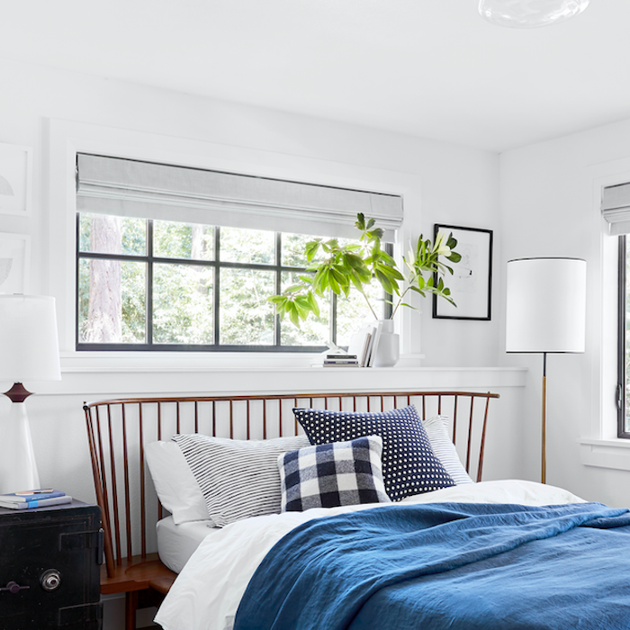 Simple chambre en blanc et bleu, idée plante dans une chambre, deco exotique, chambre boheme