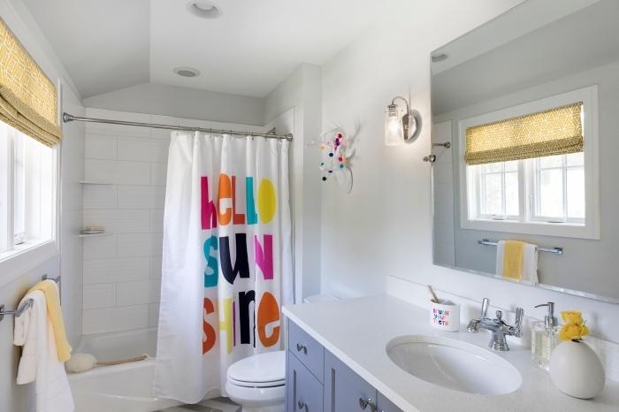 aménager une petite salle de bain blanche avec baignoire, décoration salle de bain blanche avec accents colorés