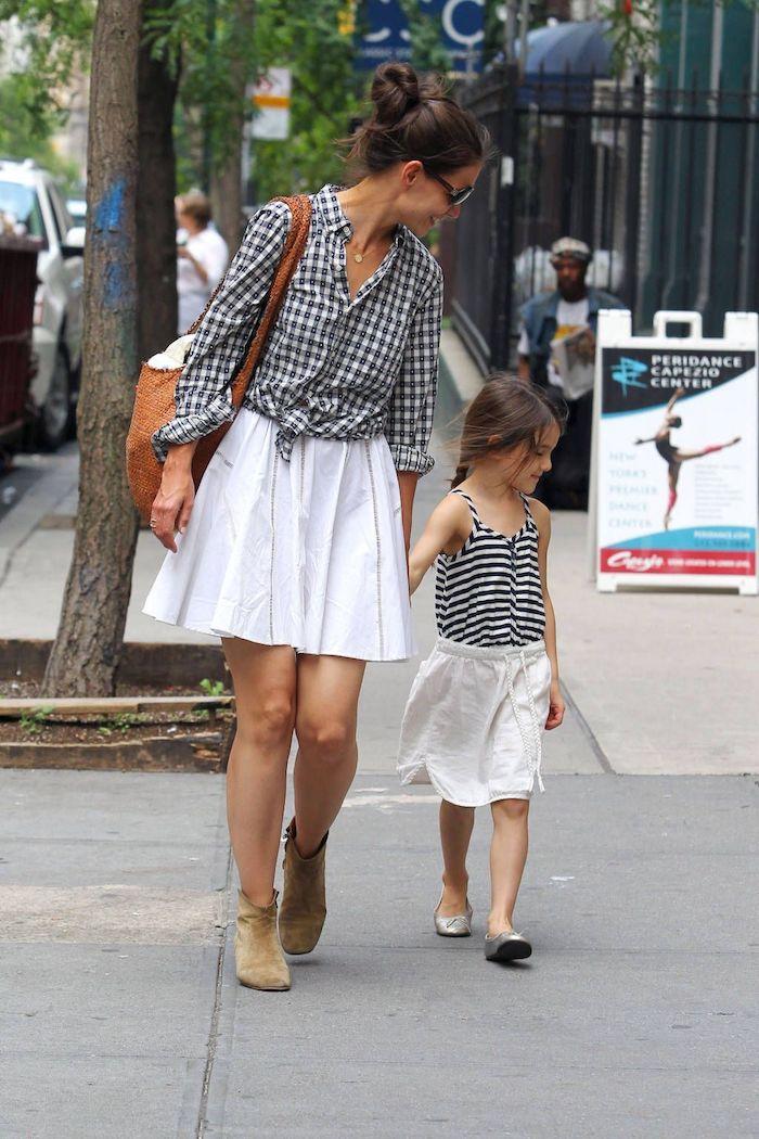 Jupe blanche trapèze et chemise carrée, tenue classe femme, idée de tenue pour mère et fille décontractée
