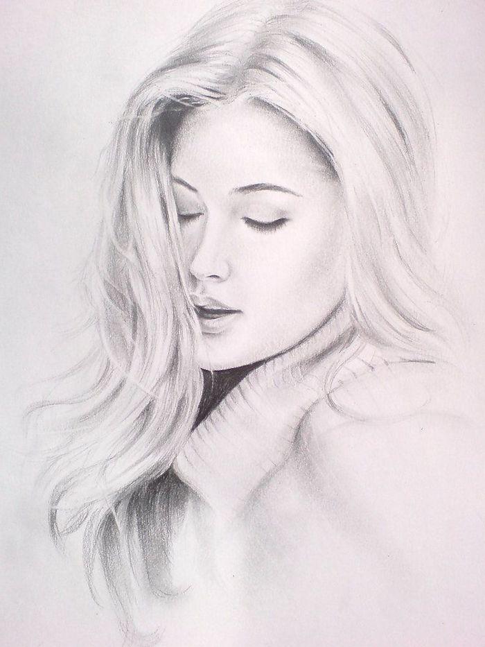 visage femme dessin realiste noir et blanc aux cheveux gris et blanc, des yeux fermés et bouche sensuelle, pull gris et blanc