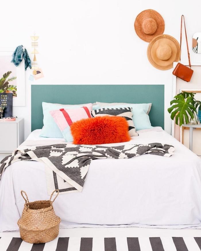comment décorer une chambre ado de style bohème chic avec accents en fibre végétal, tete de lit maison en peinture murale